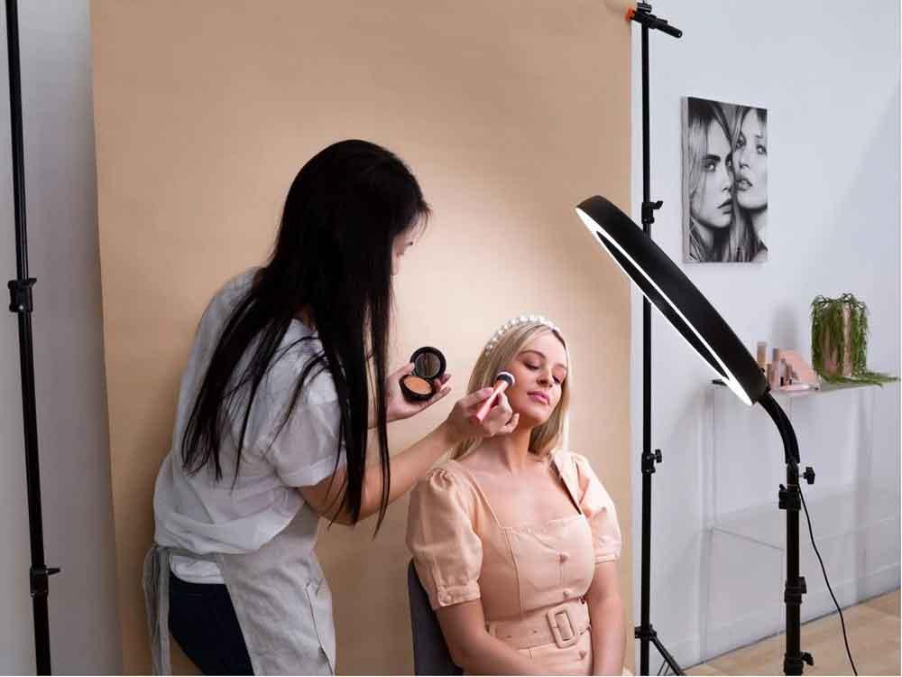 رینگ لایت در آرایشگری و میکاپ و سالن های زیبایی